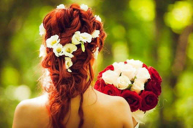 cheveux roux avec décoration de fleur